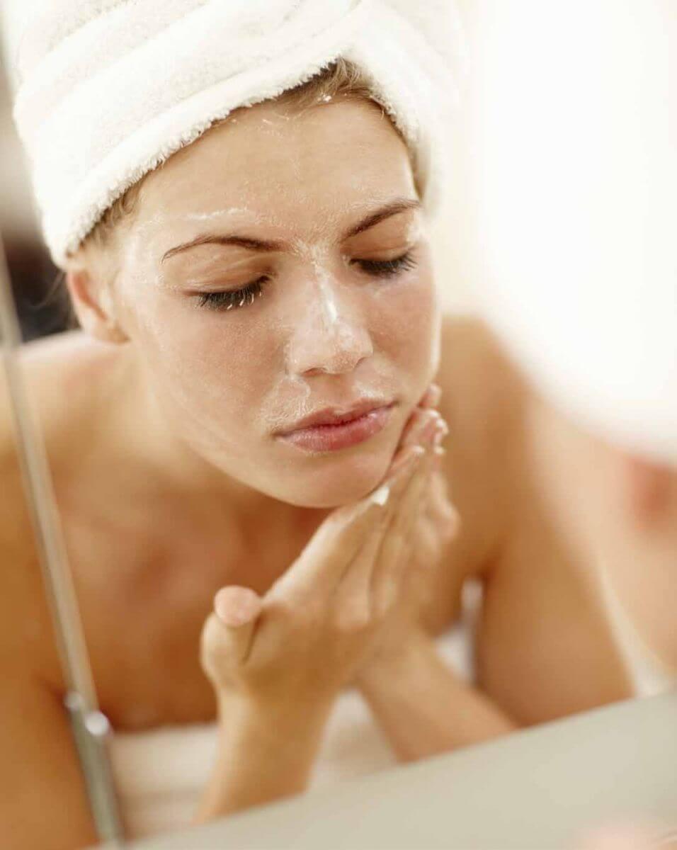 Tẩy da chết để làn da luôn được tái tạo, khỏe mạnh.